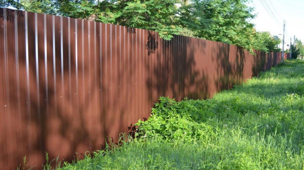 Дачный забор из профнастила
